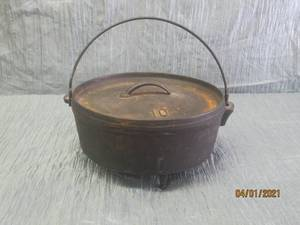 CAST IRON 3 LEGGED POT WITH LID